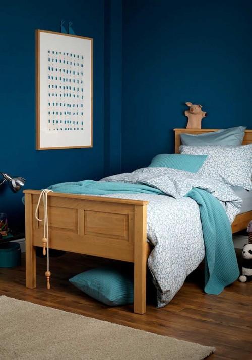 Paredes azul amrinho e roupa de cama em branco no quarto