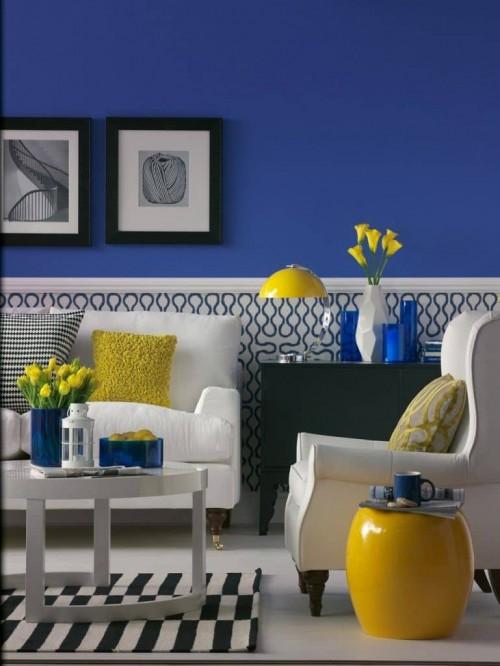 Quarto azul marinho com detalhes decorativos em amarelo