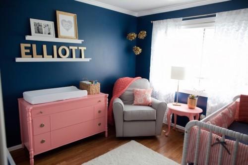 Quarto azul marinho e rosa