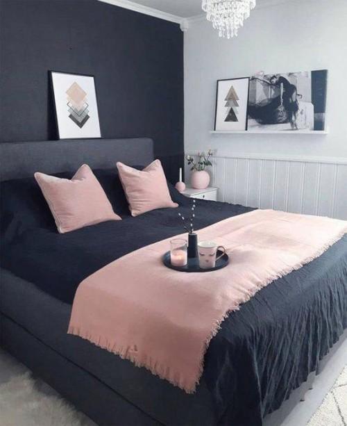 Roupa de cama rosa e pare em azul marinho no quarto