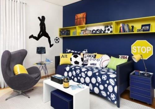 Uma parede azul marinho com prateleiras e almofadas em amarelo