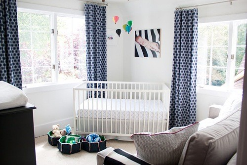 azul marinho cinza e branco compondo quarto de bebeb