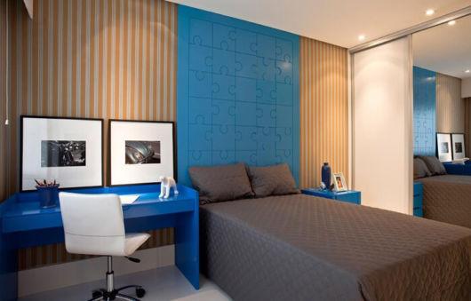 cerâmica azul no painel do quarto