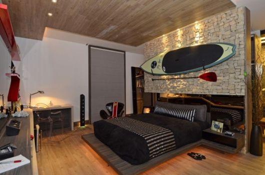 cerâmica bege para um painel na parte superior da parede do quarto