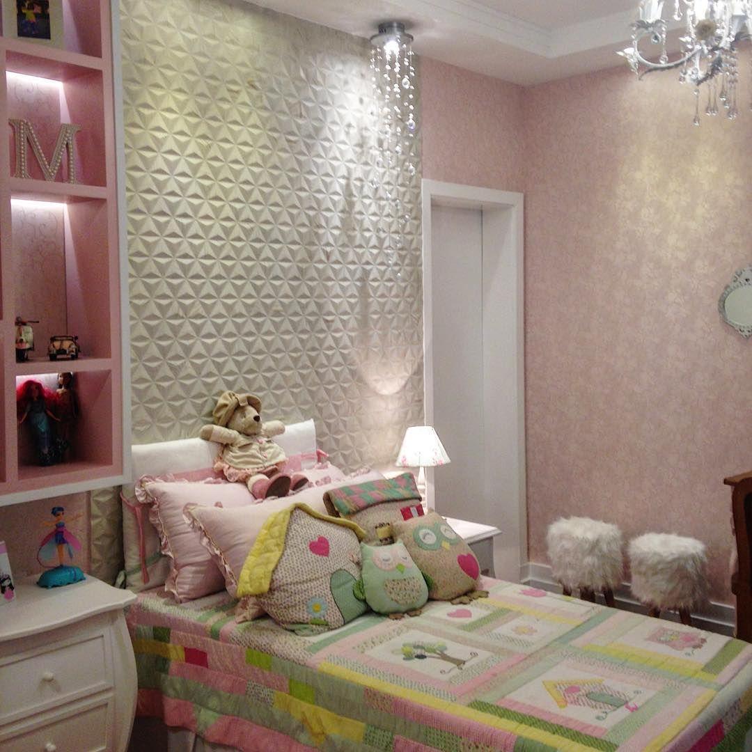 cerâmica colocada na parede do quarto