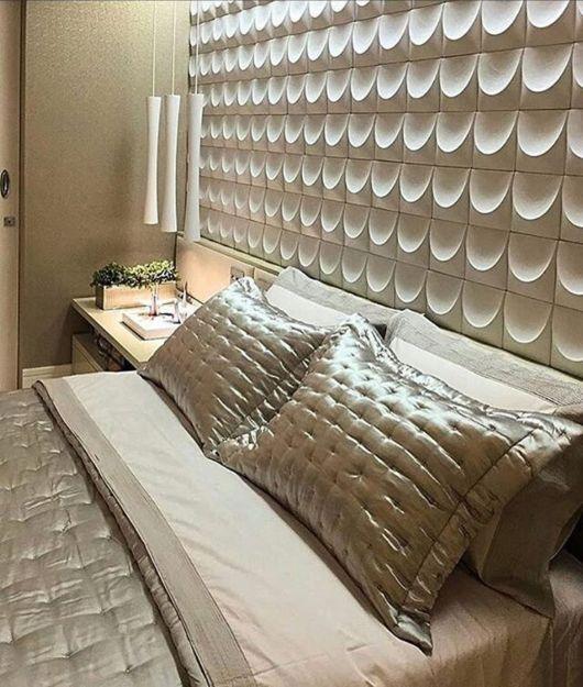 cerâmica com formado no painel da parede do quarto