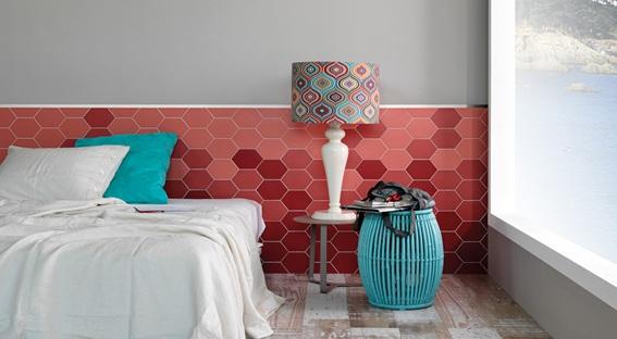 cerâmica com formato hexagonal na parede do quarto de casal