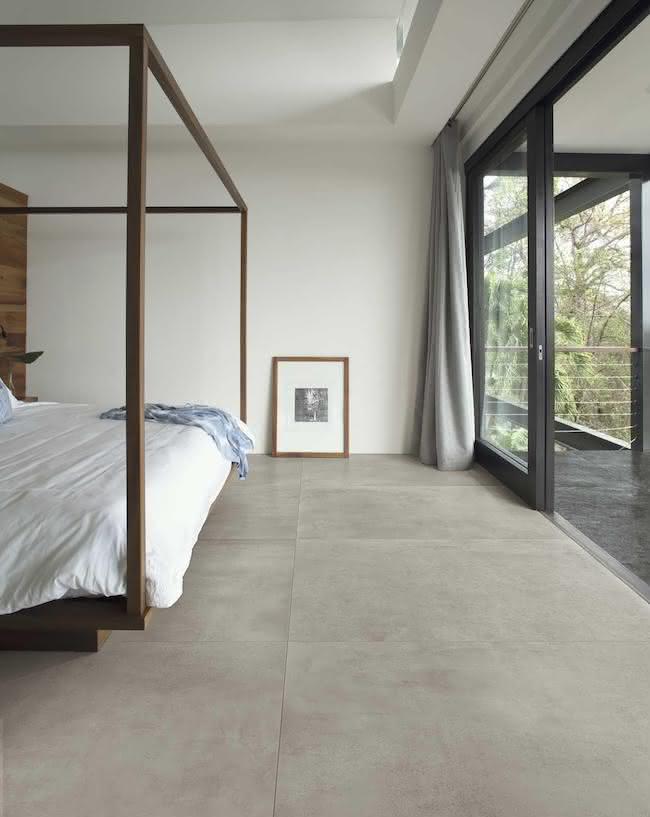 cinza usado na cerâmica diretamente no piso de um quarto grande