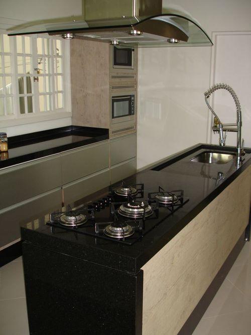 cozinha preta americana com cooktop