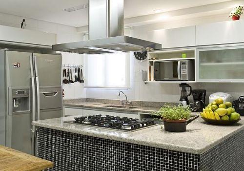 ilha de granito na cozinha americana com um cooktop