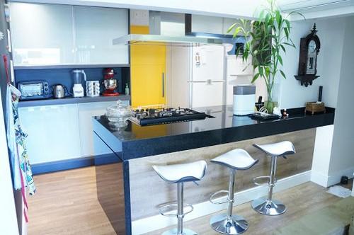 ilha gourmet com marmore na cozinha