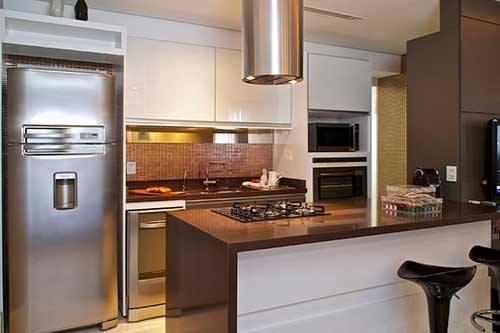 simples ilha marrom na cozinha como divisória