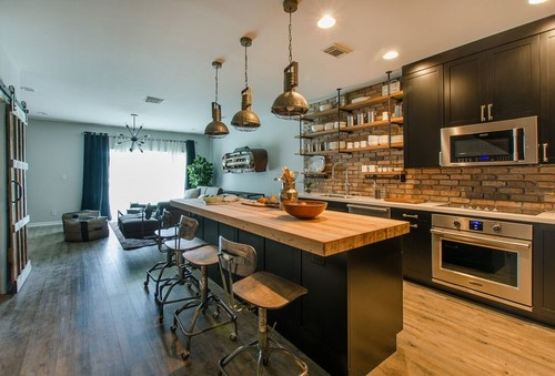 uma ilha de madeira no centro da cozinha americana