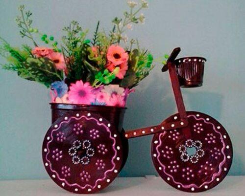 Bicicleta em miniatura de madeira com flores