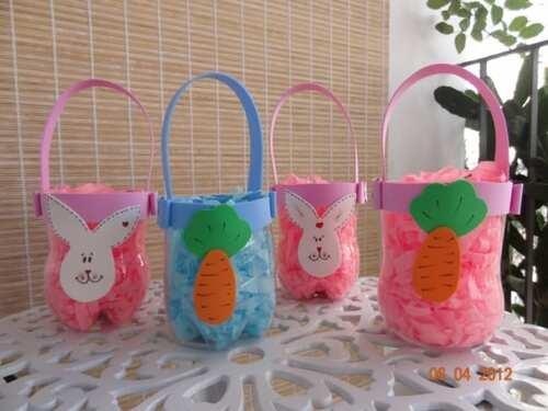 Bolsinhas feitas de garrafas pet decoradas com tema de pascoa
