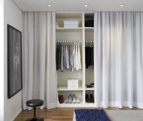 Closet aberto com cortina