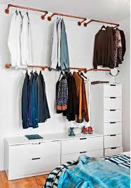 Closet aberto com gavetas brancas pequenas e grandes