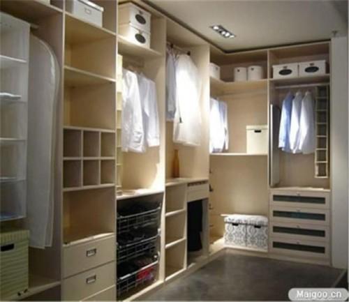 Closet aberto e compartimentado feito em um quarto de casal