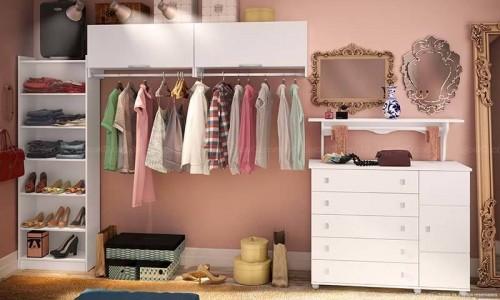 Closet branco com modulos bem separados aberto
