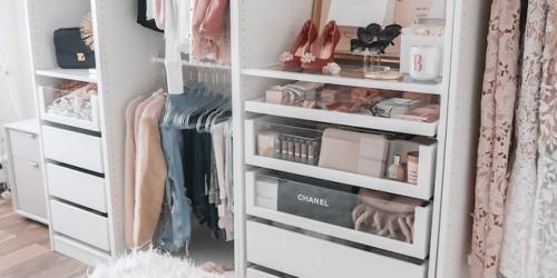 Closet branco pequeno com sua frente aberta