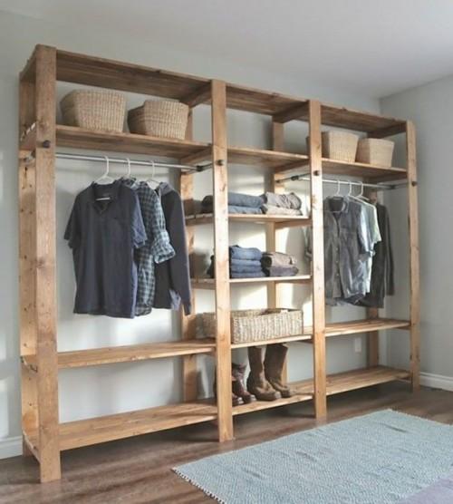 Closet de madeira na cor original aberto