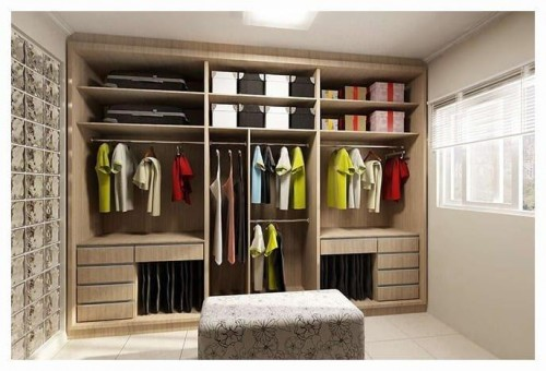 Closet na modalidade aberta colocado na parede do quarto planejado