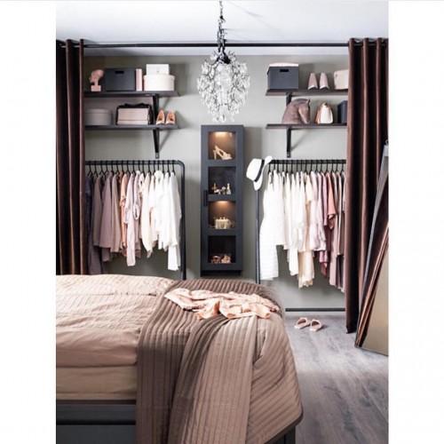 Cortinas marrom sendo usadas em um closet aberto