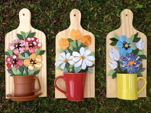 Enfeites para parede artesanais com canecas e flores