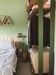 Gavetas de madeira dentro do closet
