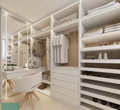 Madeira branca compondo um closet na modalidade aberta