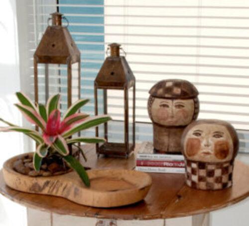 Ornamentos artesanais feitos em madeira para decoração
