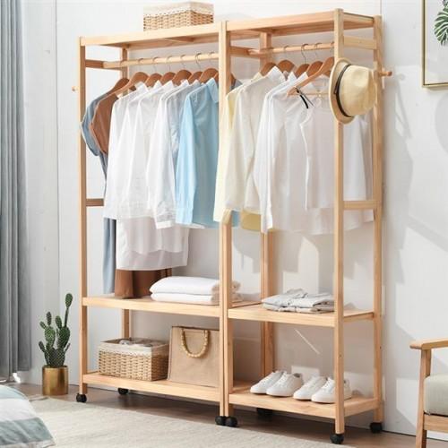 Pequenos closet de madeira aberto