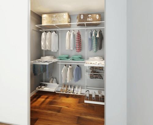 Pequenos módulos formando um closet aberto