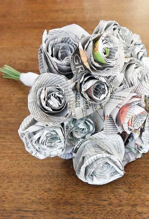 Rosas feitas com reciclaem de jornal