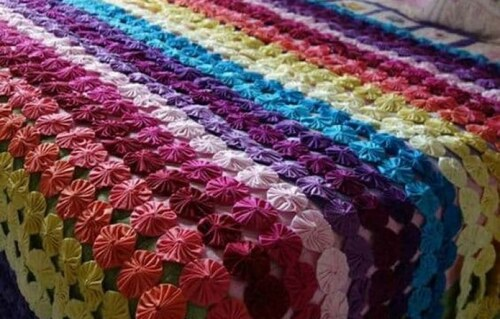 capa para sofás feita em pequenos circulos coloridos