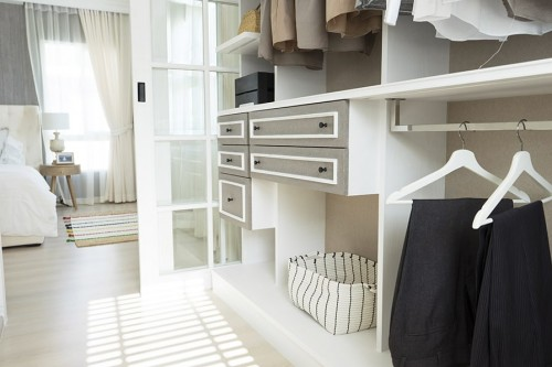 closet aberto com 5 gavetas em tamanhso diversos