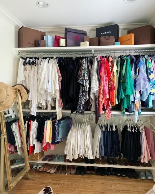 closet aberto com cabideiro