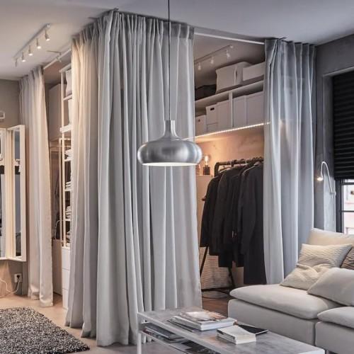 closet com cortina cinzas aberto