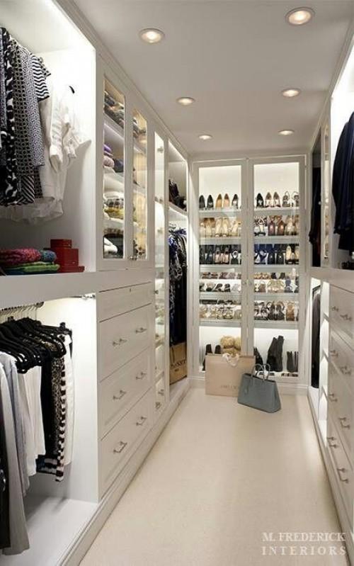 closet de corredor aberto para um quarto grande de casal