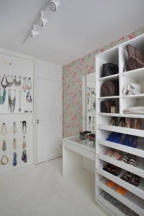 closet em um quarto de casal com um estilo aberto