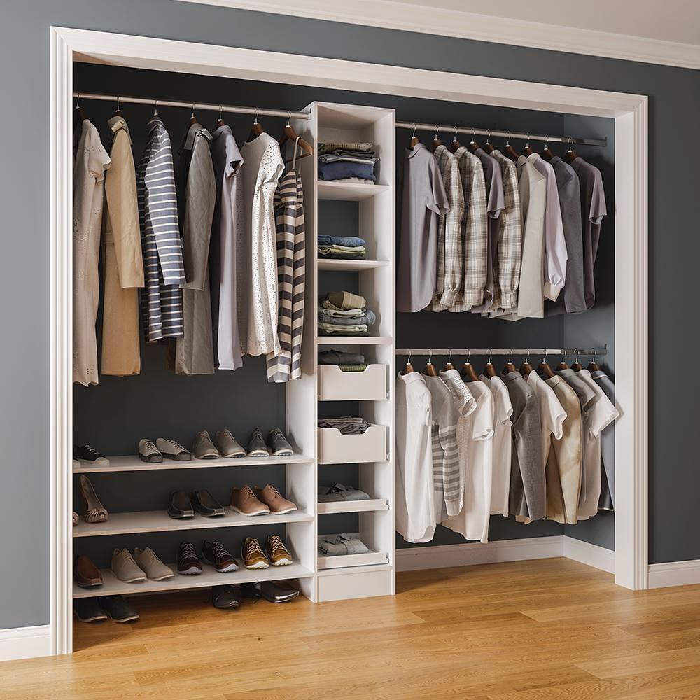 closet imbutido e aberto na parede do quarto simples