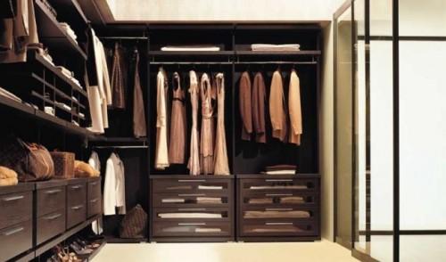 closet marrom aberto contornando duas paredes formando um l