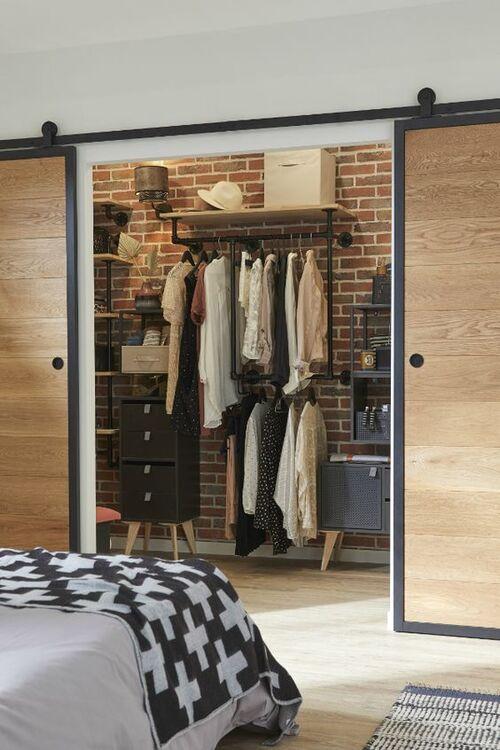 Closet com porta de madeira de correr e modulos internos