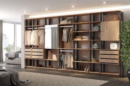 closet com muitos modulos com pequenas portas em algumas partes
