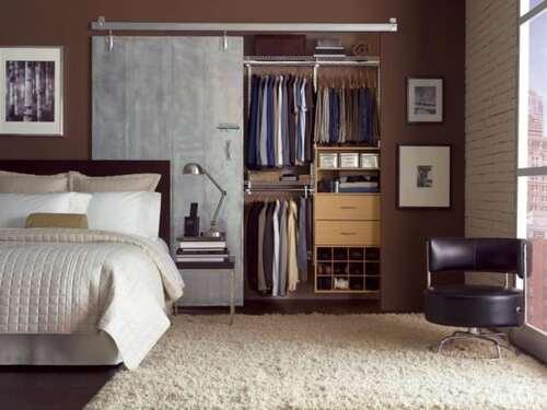 closet com porta unica de correr e pequenos modulos
