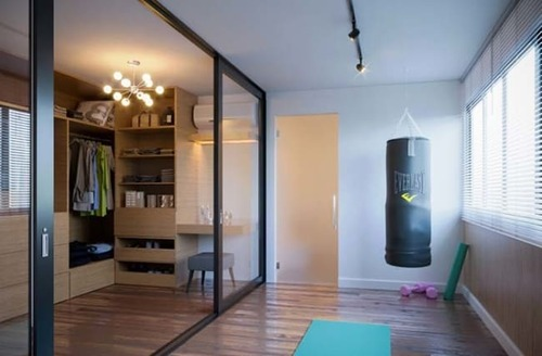 closet grande com porta de correr para casal