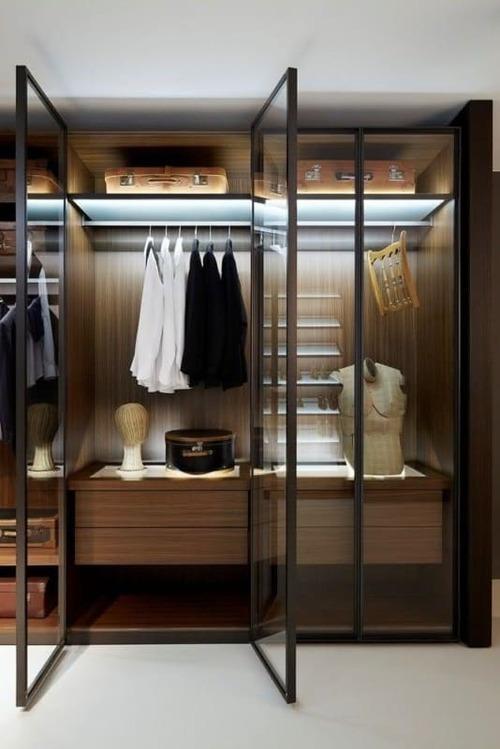 closet marrom colocado em um quarto de caal com modulos internos