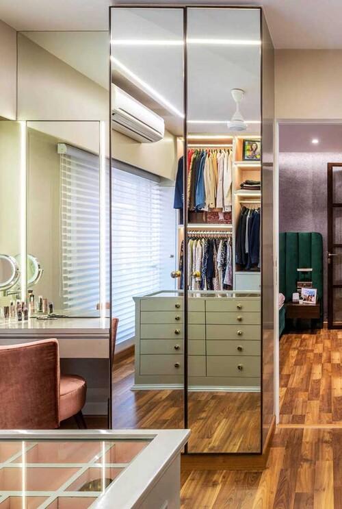 closet modulado com porta de espelho para solteiro