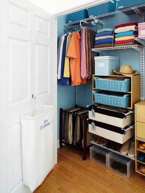 pequeno closet armado e modulado