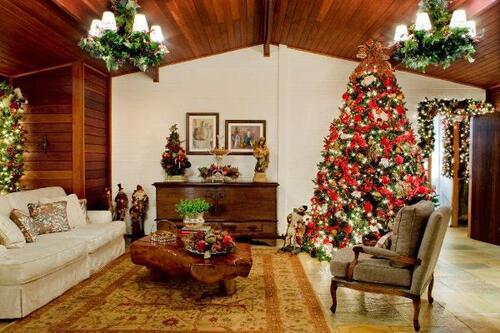 grande árvore decorada para o natal na sala